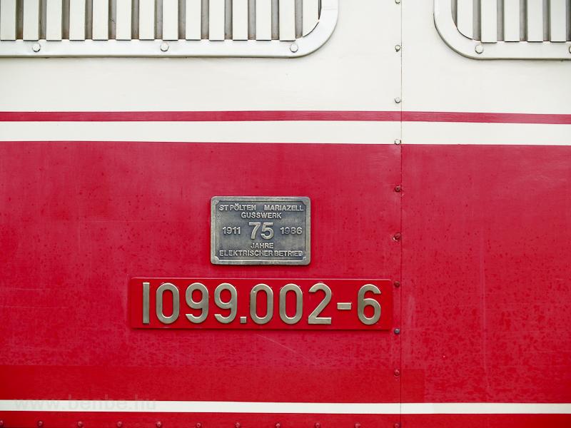 A 75 évnyi villamos vontatást ünneplő tábla a 1099.002-6 oldalán fotó