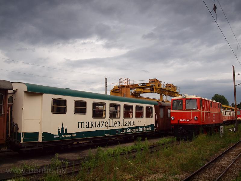 A NÖVOG 2095.10 St. Pölten Alpenbahnhof állomáson, mögötte a reklámvonat étkezőkocsija, a Mariazeller Land kocsi fotó