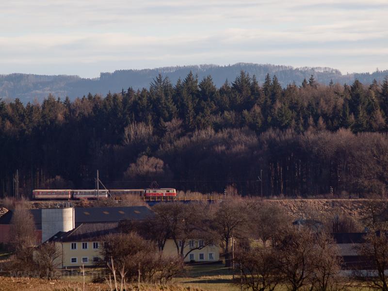 1099-es vontatta személyvonat Ötscher Bär, Valousek és Jaffa kocsikból kiállítva Schwadorf és Ober Grafendorf között fotó