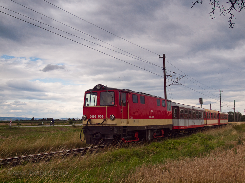 A Krumpezug on the Grode: the NÖVOG 2095 009 is seen arriving at Klangen hauling a Valousek and two Jaffa-cars photo