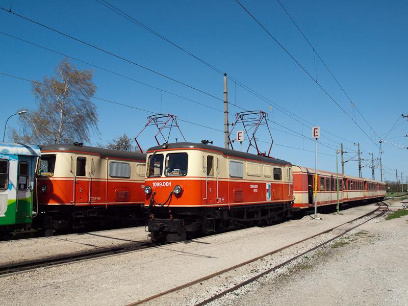 A NÖVOG 1099.001 érkezik Klangenbe egy csupa Jaffa-színű személyvonattal, ahol egy másik 1099-essel találkozik, ami a szokásos szerelvényével közlekedő Dirndltalert húzza fotó