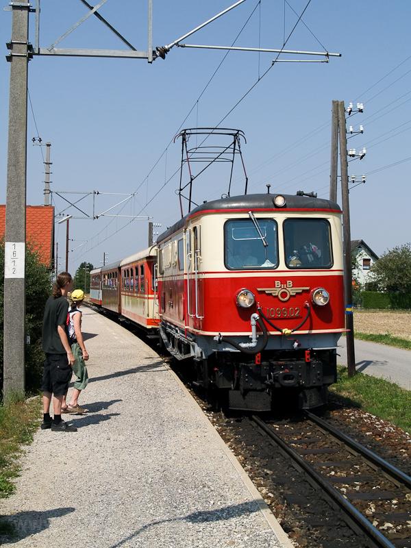 Az ÖBB 1099.02, világosszürke főkeretű nosztalgiamozdony Weinburgban fotó