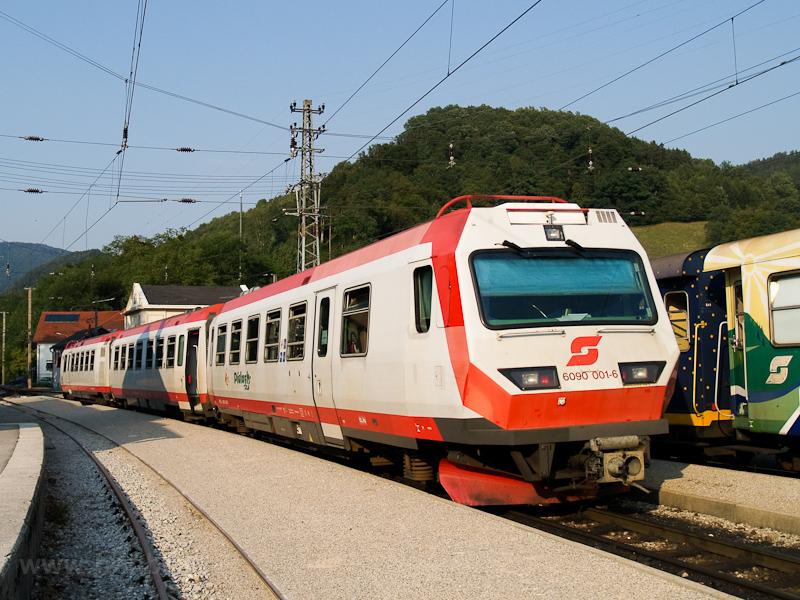 Az ÖBB 6090 001-6-os vezérlőkocsi (a Mariazellerbahn egyetlen vezérlőkocsija) Kirchberg an der Pielach állomáson keresztez a reklámszerelvény még részben frissen matricázott kocsijaival fotó