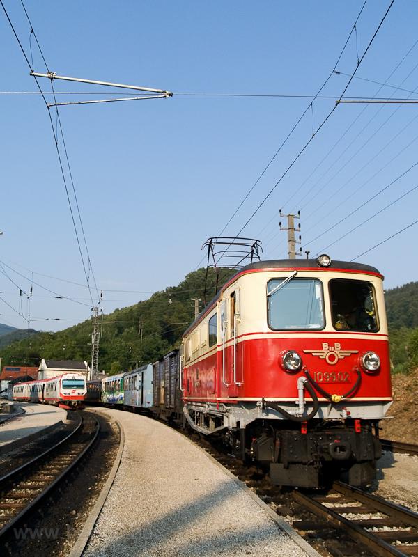 Az ÖBB 1099.002-6 Kirchberg an der Pielach állomáson a reklámszerelvény még részben frissen matricázott kocsijaival fotó