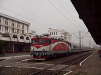 The CFR 477 895-3 seen hauling the fast train Dacia at Deva station with the typical building in the background