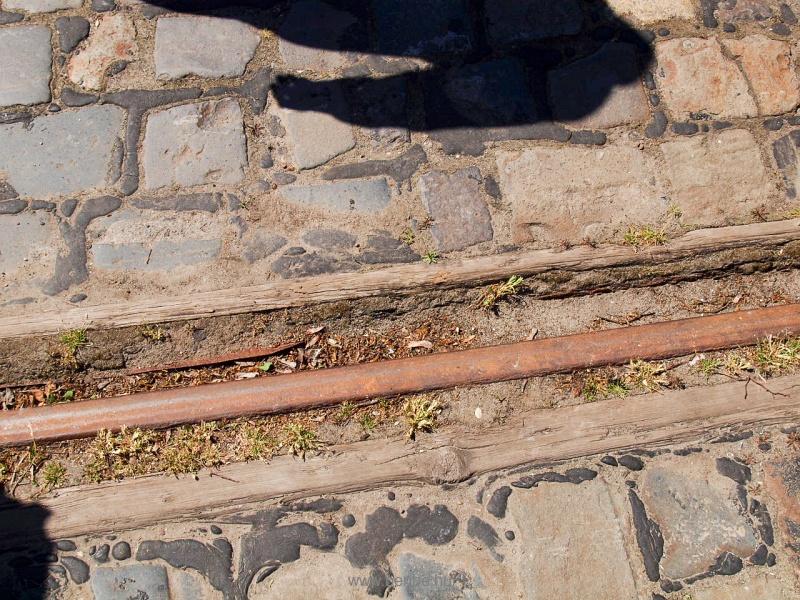 A rakodóvágány burkolt, érdekesen van megoldva a sínek védelme fotó