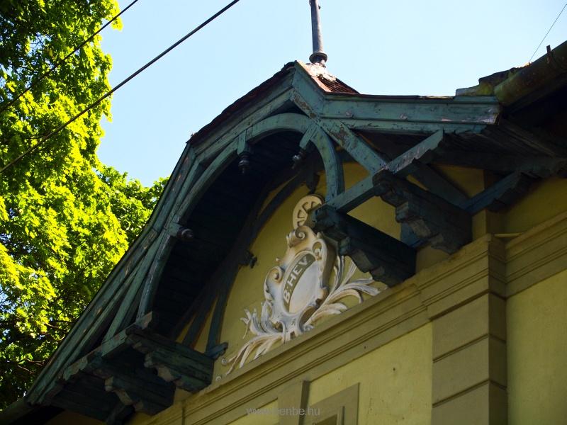 BHÉV címer Kerepes állomás homlokzatán fotó