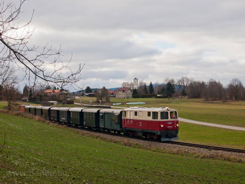 The BBÖ 2095.05 seen near Weitra with the castle in the background photo