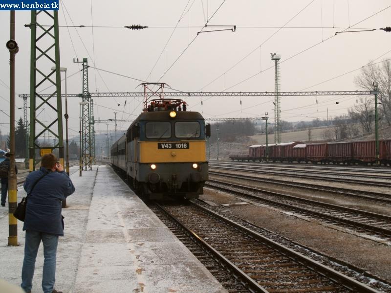 V43 1016 személyvonattal érkezik Ajkára fotó