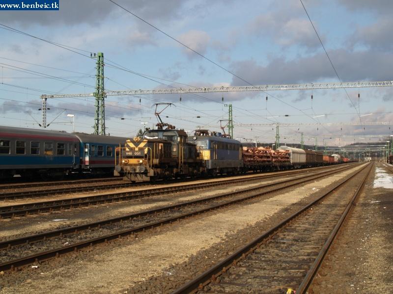 V46 051 segít feljönni az emelkedõn egy tehervonatnak fotó