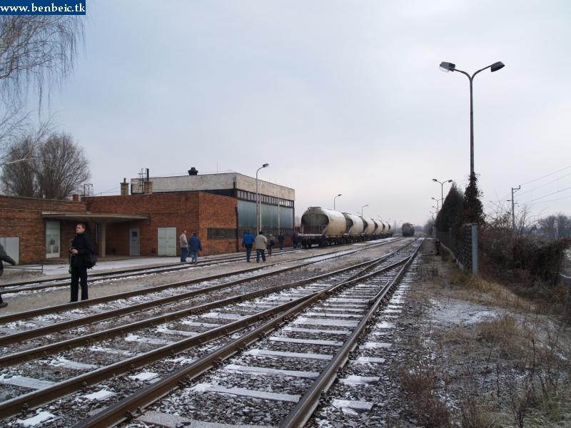 Teherkocsik állnak Ajkán, a tímföldgyár fûtõháza elõtt fotó