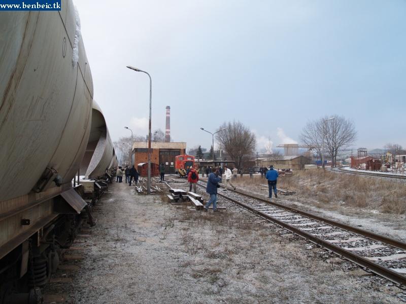Teherkocsik várnak átadásra a MÁV iparvágányon a tímföldgyárban. A háttérben A26 065 fotó