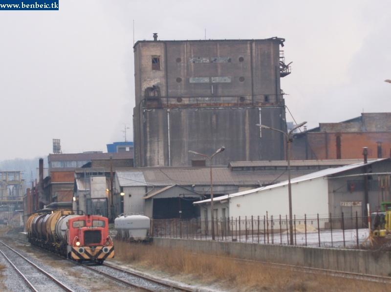A26 098 lepukkant épülettel pózol fotó