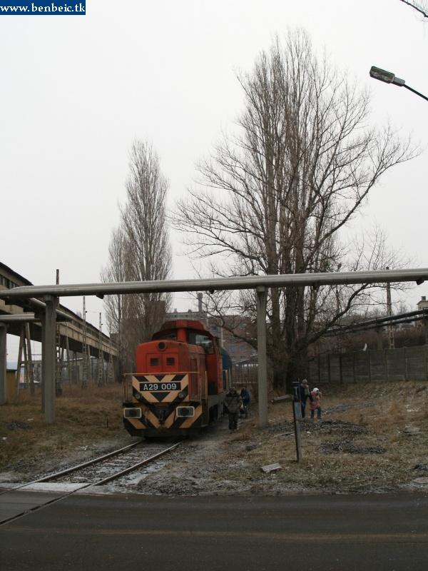 A29 009 az ajkai erõmû bejárata elõtt pózol fotó