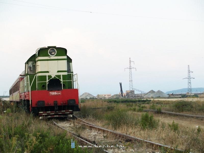T669 1044 Nartë megállóhely után fotó