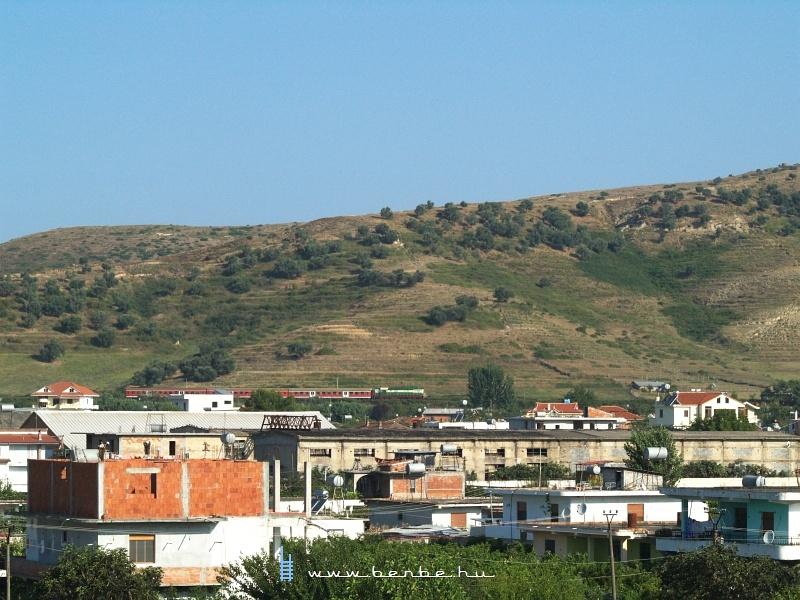 T669 1047 a reggeli Tiranë - Pogradec személyvonattal Lekaj felõl Rrogozhinë állomásra érkezik fotó