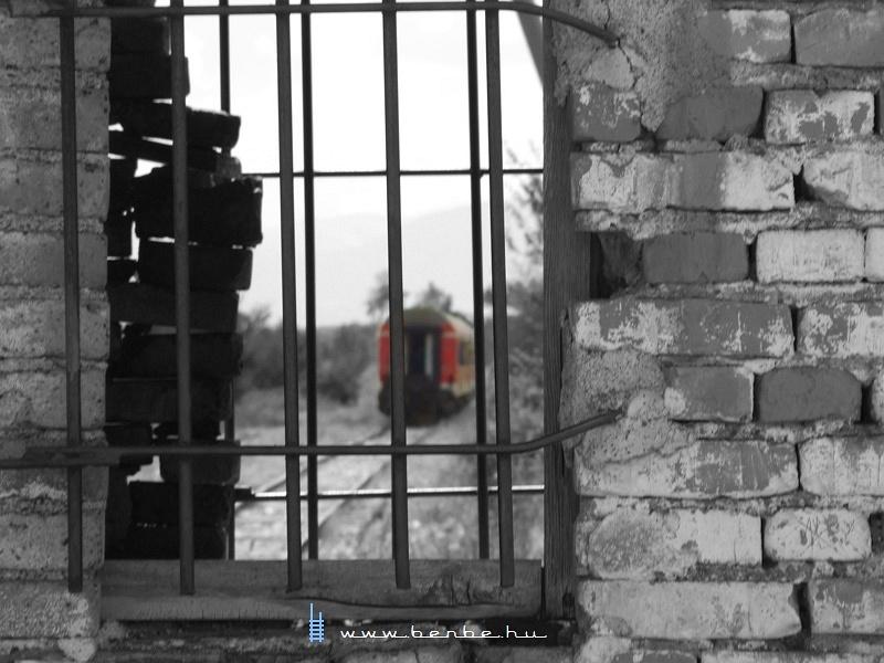 Elment a vonat, a sorompóõrre másfél óra pihenõ vár fotó
