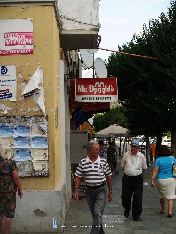 Sajátos McDonald´s Elbasanban, Albániában fotó