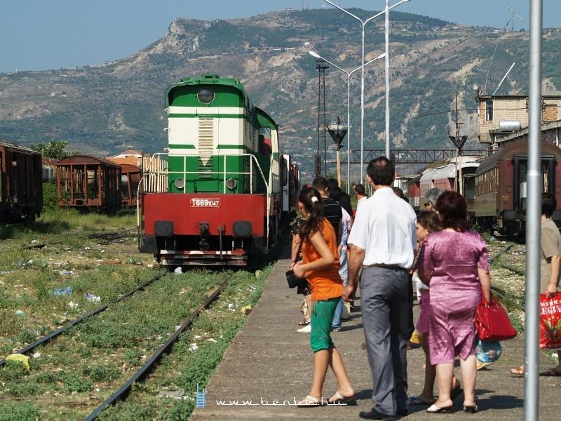 Semmi változatosság: másnap reggel is T669 1047 érkezik a pogradeci vonattal fotó