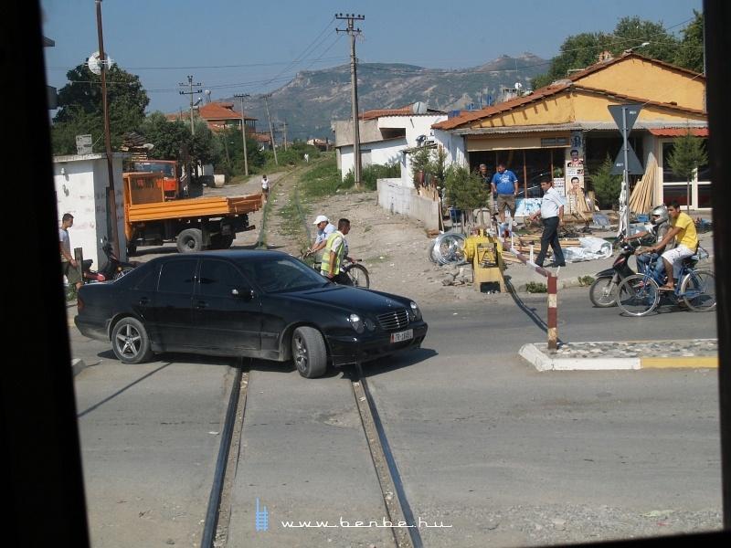Mercedes kerüli ki az egyik elbasani sorompót fotó