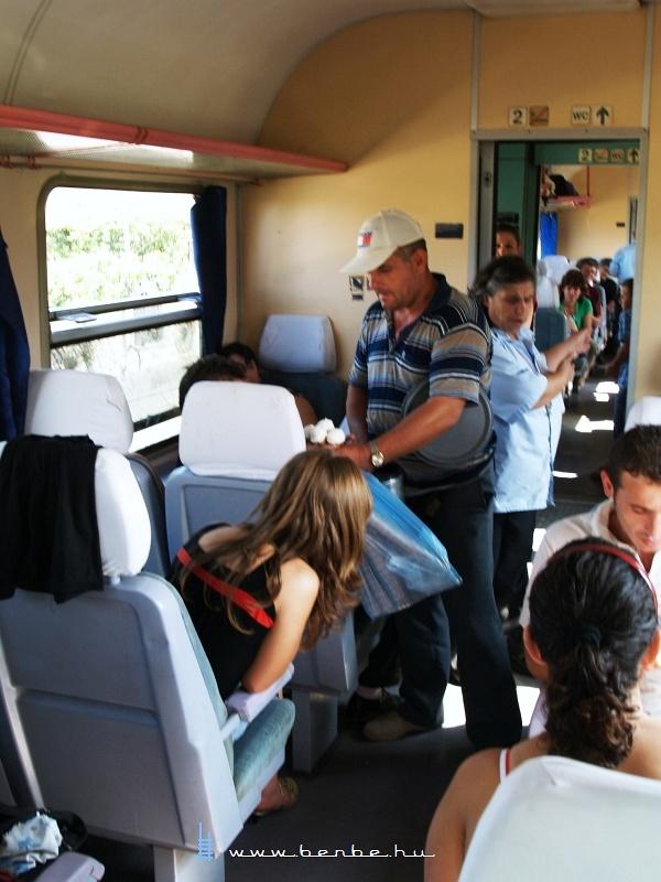 Fagylaltárus az albán vonaton fotó
