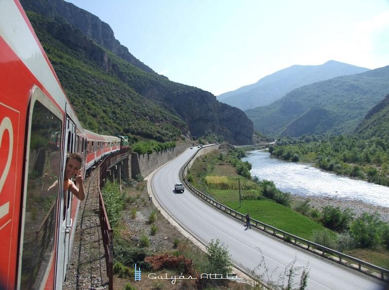 Elõzõ nap pont eze a hídon fotóztuk a vonatot Elbasan elõtt fotó