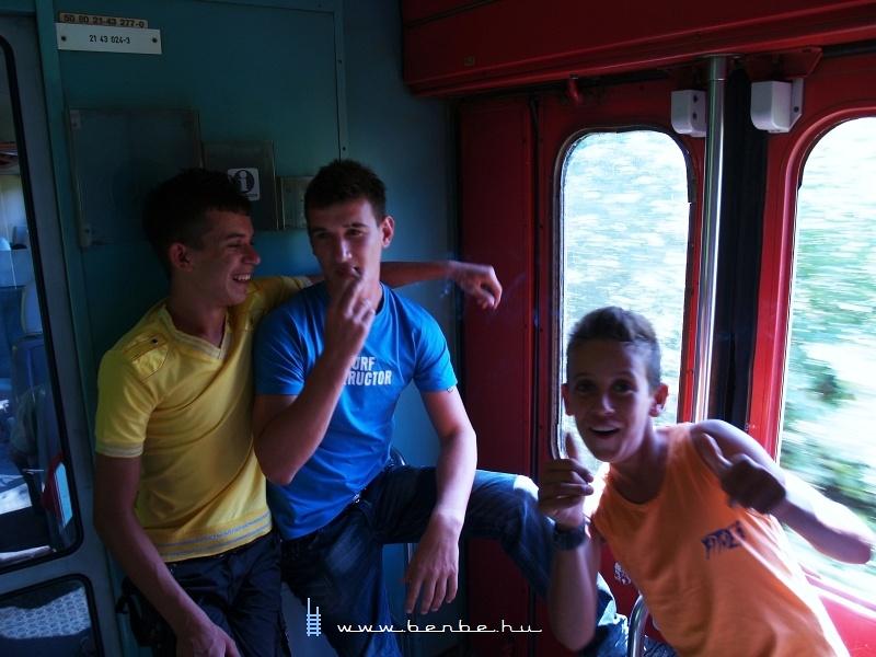 Szereplési vágyas utasok az albán halbiban fotó