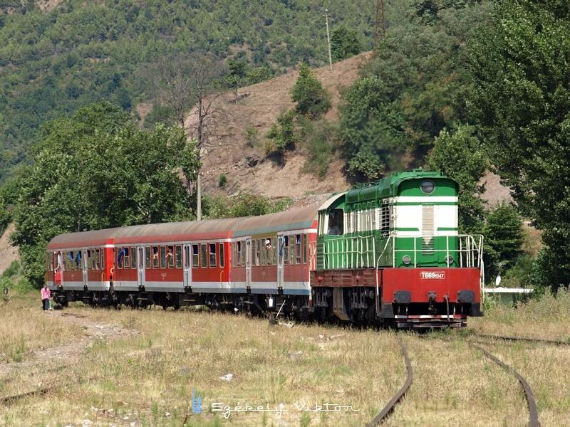 T669 1047 Librazhd állomásra érkezik fotó