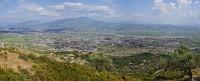 Panoráma Elbasan alig működő acélművéről és a környező hegyekről