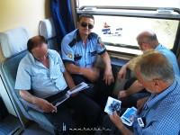 A vasutasok és a rendõrök nézik a vonatfotóinkat