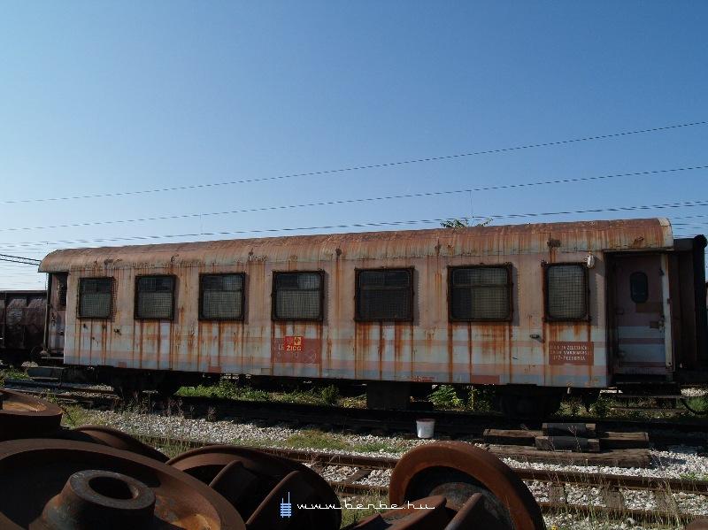 Valami régi kocsi a podgoricai fûtõházban fotó