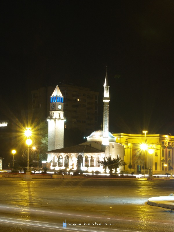 Mecset a Szkander bég téren fotó