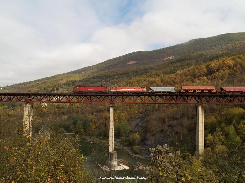 Szerb 461-es ASEA húz egy harmad tehervonatot Gracanica közelében fotó