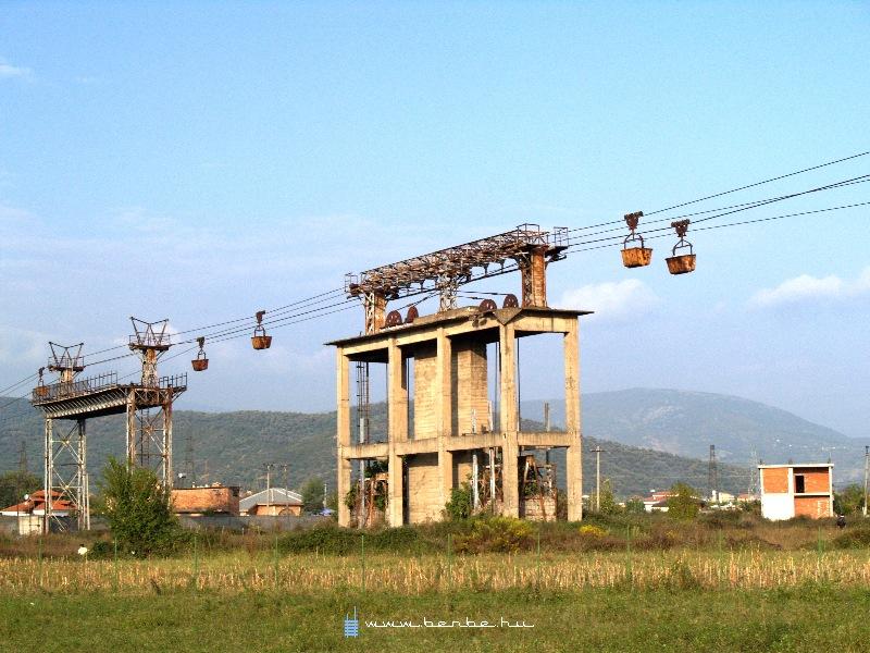 Az utolsó vasércszállító függõvasút Elbasanban fotó