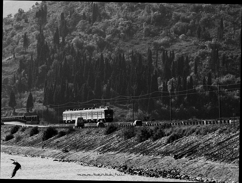 412-es elõvárosi motorvonat Virpazar közelében fotó