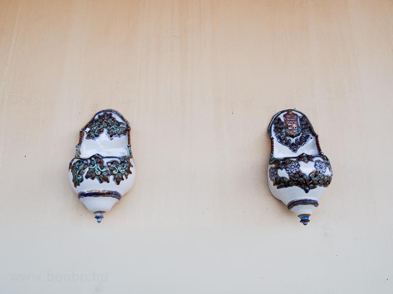 Díszes porcelánedények a mezőtúri állomáson fotó