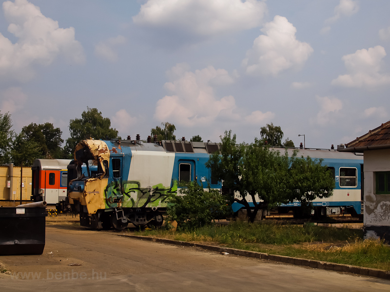 A MÁV BDVmot 014 összetörve a szolnoki JJÜ-ben fotó