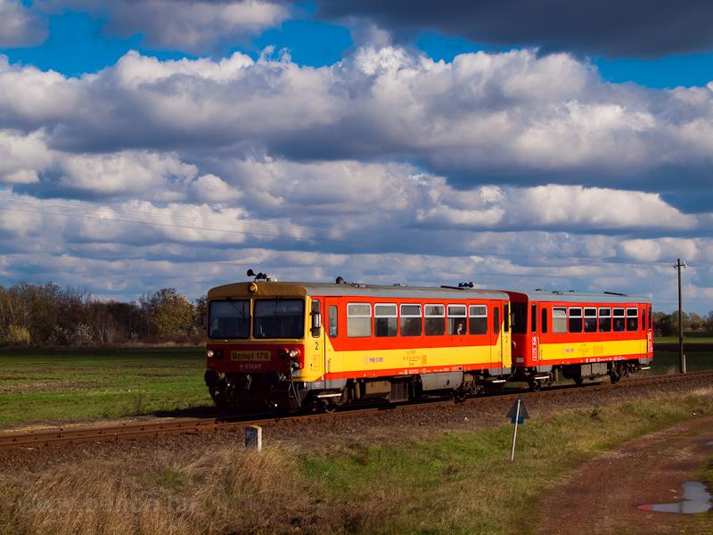 A Bzmot 179 Sirató megállóhelyre érkezik Csabacsűd felől az Orosháza-Szarvas-Mezőtúr vasútvonalon fotó