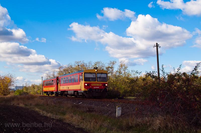 A Bzmot 198 Sirató megállóhelyre érkezik Szarvas felől fotó