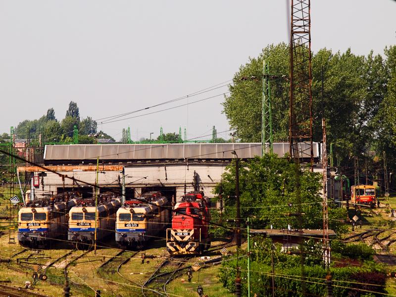 Balról haladva: a MÁV 432 3 fotó
