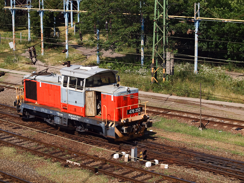 The MÁV-TR 478 232 is seen shunting at Szolnok photo