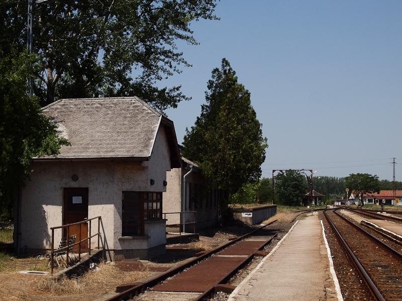 Mérlegház, és a hídon túli pályaelágazás előjelzője Kunszentmárton állomáson fotó