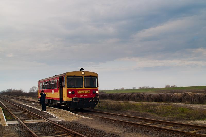 A MÁV-START Bzmot 379 Körösszakál állomáson fotó
