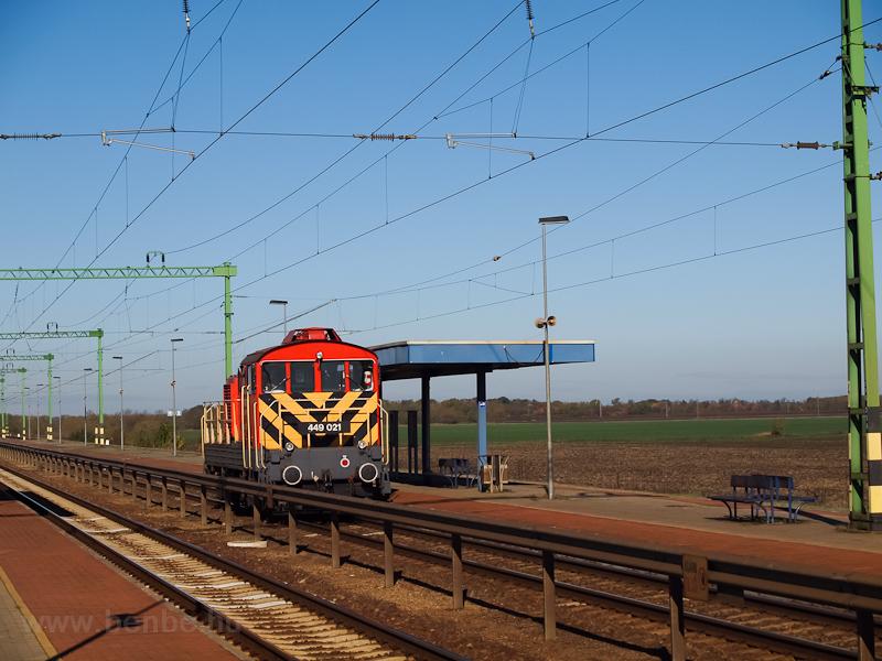 A 449 021-es magánvasúti dízelmozdony halad át Tiszatenyő állomáson fotó