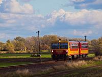 A Bzmot 179 Sirató megállóhelyre érkezik Csabacsűd felől az Orosháza-Szarvas-Mezőtúr vasútvonalon