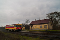 The MÁV-START Bzmot 379 seen at Kótpuszta station