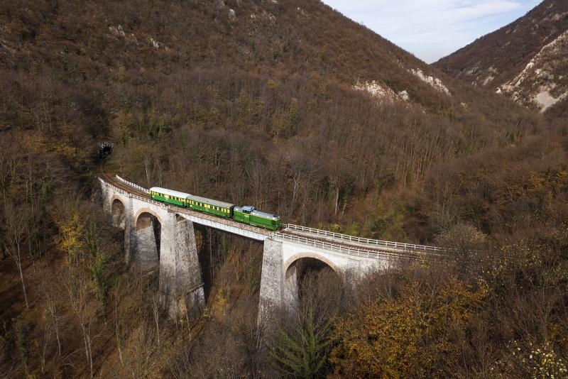 A CFR Calatori 69 0003-4 Csudafalva és Gerlistye között a Zsittin-viadukton fotó