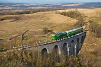 A CFR Calatori 69 0003-4 Bradisoru de Jos és Oravicabánya között a Kosovicza-viadukton
