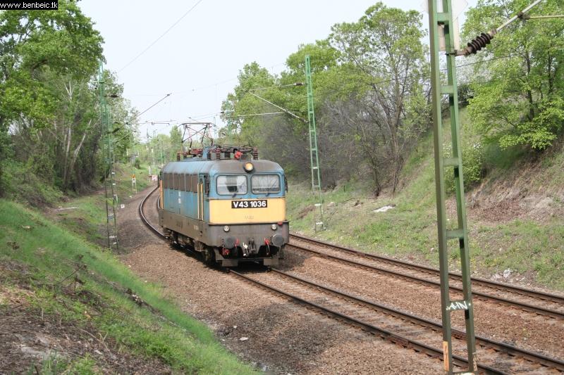 V43 1036 a Körvasútra tart fotó