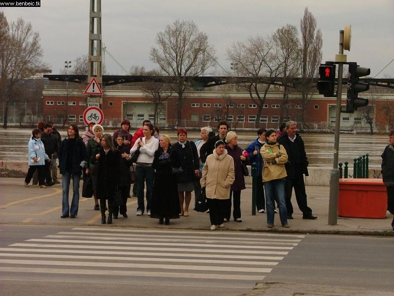 Az ideiglenes megállóból érkezõ emberek fotó